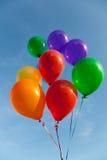 Verschiedene farbige Ballone mit einem Himmelhintergrund lizenzfreie stockfotos