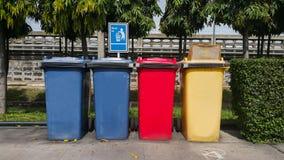 Verschiedene farbige Behälter für Sammlung Materialien Lizenzfreies Stockbild