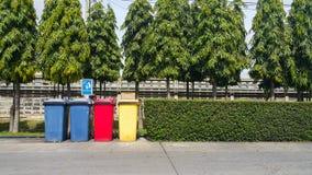 Verschiedene farbige Behälter für Sammlung Materialien Stockbild