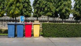 Verschiedene farbige Behälter für Sammlung Materialien Stockfotos