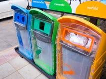 Verschiedene farbige Behälter für Sammlung Recycle Materialien mit überschüssiger Ikone lizenzfreie stockfotos