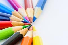 Verschiedene farbige Bleistifte der Nahaufnahme auf weißem Hintergrund Lizenzfreie Stockfotografie