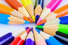 Verschiedene farbige Bleistifte der Nahaufnahme auf weißem Hintergrund Lizenzfreie Stockfotos