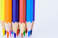 Verschiedene farbige Bleistifte der Nahaufnahme auf weißem Hintergrund Stockbilder