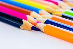 Verschiedene farbige Bleistifte der Nahaufnahme auf weißem Hintergrund Stockfotos