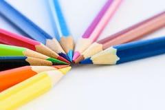 Verschiedene farbige Bleistifte der Nahaufnahme auf weißem Hintergrund Stockfoto