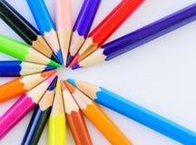 Verschiedene farbige Bleistifte der Nahaufnahme auf weißem Hintergrund Stockfotografie