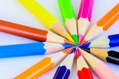 Verschiedene farbige Bleistifte der Nahaufnahme auf weißem Hintergrund Lizenzfreies Stockbild