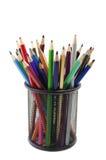 Verschiedene farbige Bleistifte, die in gegrillter Bleistiftschale stehen Stockbild