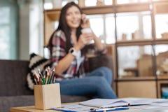 Verschiedene farbige Bleistifte, die im Kasten stehen Lizenzfreie Stockfotos