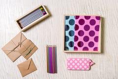 Verschiedene farbige Bleistifte nähern sich Umschlägen Stockfotos