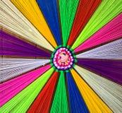 Verschiedene farbige Faden auf Bretterboden für Dekoration lizenzfreie stockfotografie