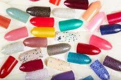 Verschiedene farbige künstliche Nägel Lizenzfreie Stockfotos
