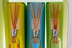 Verschiedene farbige Parfümluftdochte auf Anzeige in einem Speicher in ihrem Verpacken lizenzfreies stockbild