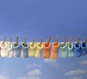 Verschiedene farbige Schätzchenbeuten auf einer Kleidungzeile Lizenzfreies Stockfoto