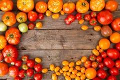 Verschiedene verschiedene Farborganische selbstgezogene Tomaten auf altem hölzernem Stockfotografie