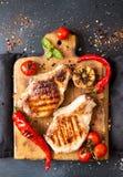 Verschiedene verschiedene Farborganische selbstgezogene Tomaten an Bord schnitt Stockfotografie