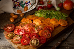 Verschiedene verschiedene Farborganische selbstgezogene Tomaten an Bord schnitt Lizenzfreies Stockbild