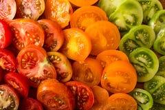 Verschiedene verschiedene Farborganische selbstgezogene Tomaten an Bord schnitt Stockfoto
