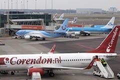 Verschiedene Feiertagsflugzeuge an einem Flughafen Stockbild