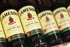 Verschiedene Flasche von Jameson Irish Whiskey Lizenzfreie Stockfotos
