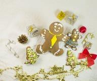 Verschiedene Formkekse des Ingwers und des Honigs mit vielen Weihnachtsbällen, Geschenke Stockfoto