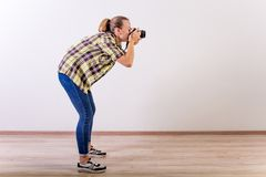 Verschiedene Fotografhaltungen: Verbiegen, Hocken, hinlegend lizenzfreies stockfoto