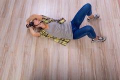 Verschiedene Fotografhaltungen: Verbiegen, Hocken, hinlegend stockfotos