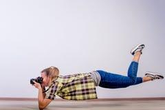Verschiedene Fotografhaltungen: Verbiegen, Hocken, hinlegend lizenzfreie stockfotografie