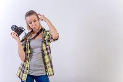 Verschiedene Fotografhaltungen: Verbiegen, Hocken, hinlegend stockbild