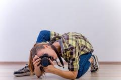 Verschiedene Fotografhaltungen: Verbiegen, Hocken, hinlegend stockbilder