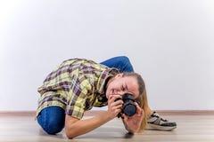 Verschiedene Fotografhaltungen: Verbiegen, Hocken, hinlegend lizenzfreie stockfotos