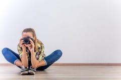 Verschiedene Fotografhaltungen: Verbiegen, Hocken, hinlegend stockfoto