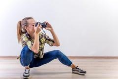 Verschiedene Fotografhaltungen: Verbiegen, Hocken, hinlegend lizenzfreie stockbilder