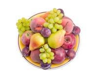 Verschiedene Früchte auf dem großen gelben Teller Stockbild