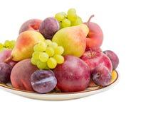 Verschiedene Früchte auf der großen Tellernahaufnahme Lizenzfreie Stockbilder