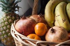 Verschiedene Früchte auf einem Korb lizenzfreie stockfotos