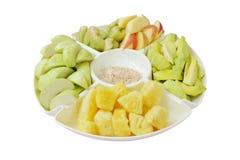 Verschiedene Früchte auf großem Teller Stockbild