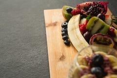 Verschiedene Früchte auf hackendem Brett Stockfoto