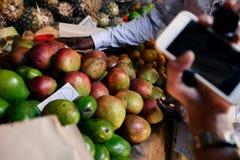 Verschiedene Früchte auf Zähler des amerikanischen Marktes Lizenzfreie Stockbilder