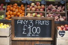 Verschiedene Früchte für Verkauf am Stadtmarkt Lizenzfreies Stockfoto