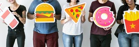 Verschiedene Freunde mit Lebensmittelikonen Lizenzfreies Stockfoto