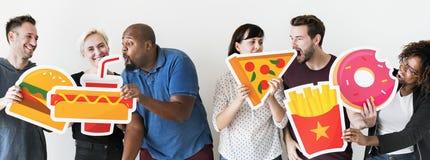 Verschiedene Freunde mit Lebensmittelikonen Lizenzfreies Stockbild