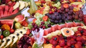 Verschiedene frische Früchte auf Hochzeitsbuffettisch Frucht-und Beeren Hochzeitstafeldekoration Buffetaufnahmefrucht stock video