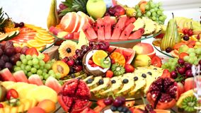Verschiedene frische Früchte auf Hochzeitsbuffettisch Frucht-und Beeren Hochzeitstafeldekoration Buffetaufnahmefrucht stock video footage