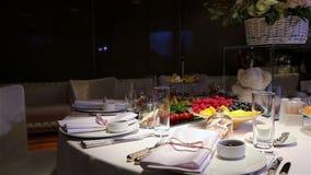 Verschiedene frische Früchte auf Hochzeitsbuffettisch Frucht-und Beeren Hochzeitstafeldekoration Heirat, neues Jahr stock video