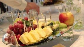 Verschiedene frische Früchte auf Hochzeitsbuffettisch Frucht-und Beeren Hochzeitstafeldekoration Heirat, neues Jahr stock video footage