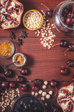 Verschiedene Frucht und Gewürze auf dem roten Holztisch Konzept von orientalischen Früchten lizenzfreie stockfotografie