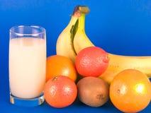 Verschiedene Frucht und Glas Milch Stockfoto