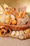 Verschiedene gebackene Produkte im Weidenkorb lizenzfreie stockfotos